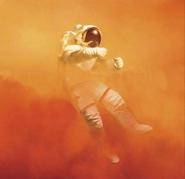 astronaut in oranje smog