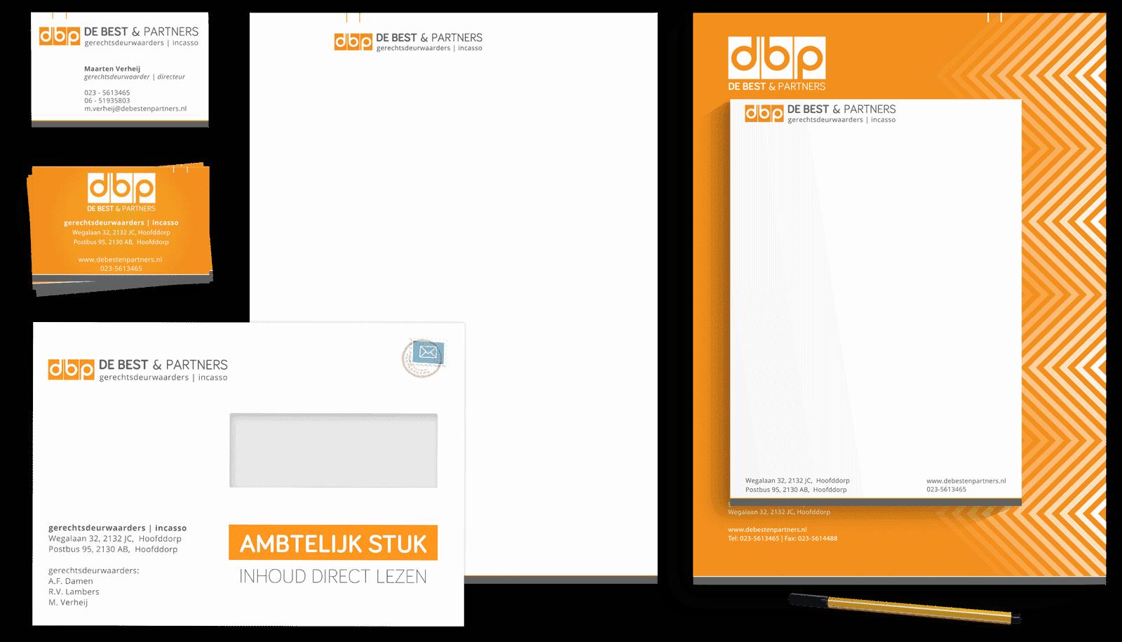 Afbeelding met alle grafische huisstijl uitingen van De Best en Partners. Op de afbeelding staan de visitekaartjes, briefpapier, enveloppe met venster.